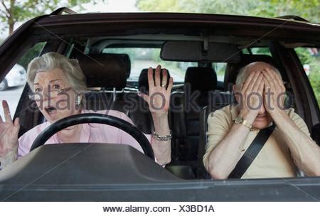 Senior donna problemi a imparare a guidare Foto Stock