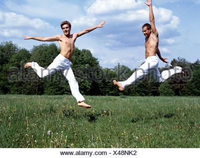 Due uomini gay facendo esercizi di benessere nel Parco Foto Stock