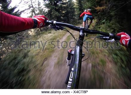 Austria, Salisburgo, colpo di mountain biker a caccia di un altro Foto Stock
