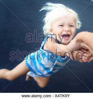 Bambino di essere filata intorno Foto Stock