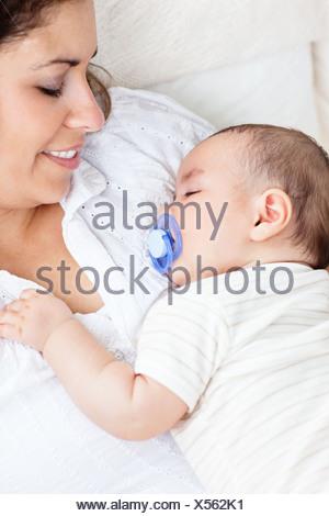 Ritratto di un simpatico baby dormendo pacificamente nella sua madre Foto Stock
