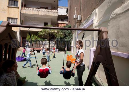 Libano - Beirut - bambini che giocano nella scuola del parco giochi. JCC Kindegarden di Sabra Refugee Camp. Foto Stock