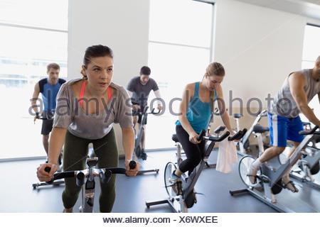 Classe di spin sulla cyclette in palestra Foto Stock