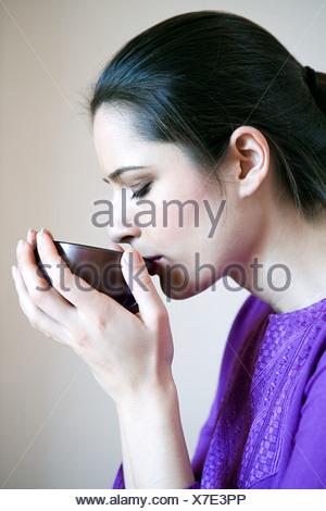 Le donne di bere il tè alle erbe Foto Stock