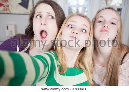 Gli adolescenti tirando funny faces Foto Stock