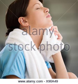 Una giovane donna con un asciugamano Foto Stock