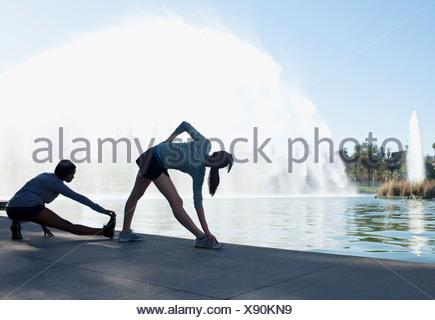 I corridori stretching fontana nel lago Foto Stock