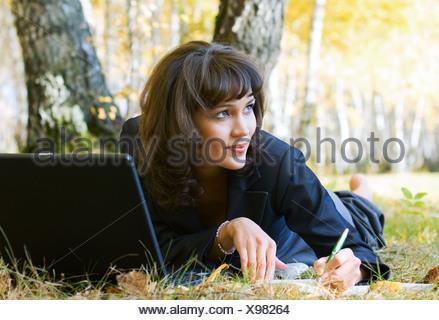 Giovane imprenditrice utilizzando laptop Foto Stock