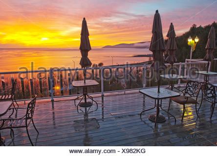 Terrazza, Gite Mer et montagne, sul fiume San Lorenzo, sul fiume Malbaie, Quebec, Canada, tramonto, tavoli, sedie Foto Stock