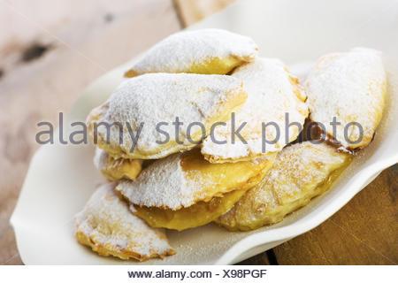 Deliziosi biscotti sulla piastra con carta bianca Foto Stock