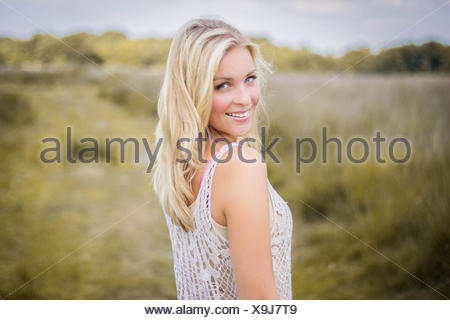 Paesi Bassi, sorridente adolescente bionda (14-15) Foto Stock