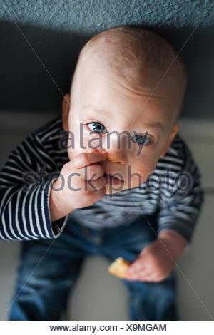 Ritratto di overhead del bambino seduto sul pavimento Foto Stock