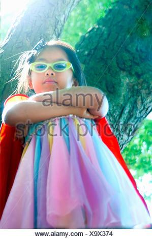 Ritratto di giovane ragazza che indossa abiti fantasiosi costumi, basso angolo di visione Foto Stock