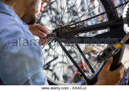 Lavoratore di riparazione di biciclette Foto Stock