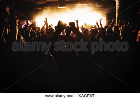 Finlandia, sagome di persone che ballano in concerto Foto Stock