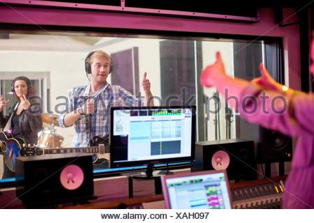 Giovani band la registrazione in studio Foto Stock