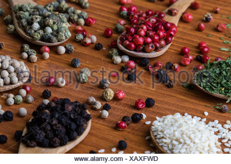 Spezie colorate in cucchiai di legno Foto Stock