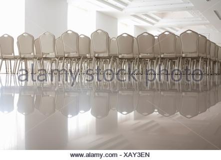 Righe vuote di sedie bianche Foto Stock