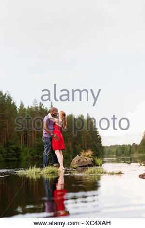 La Svezia, Vastmanland, Bergslagen, Svartalven, metà adulto giovane kissing Foto Stock