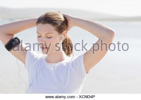 Runner donna ascoltando mp3 player Foto Stock