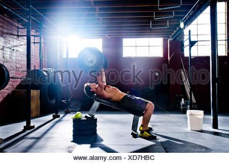 Un atleta crossfit fa esercizi tricipiti. Foto Stock