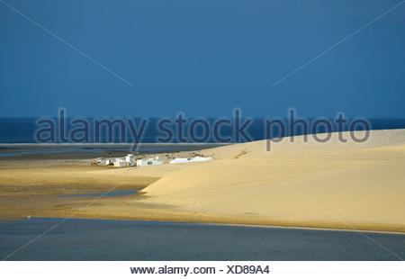 Tenda beduina, dune di sabbia, mare interno, miracolo nel deserto del Qatar, Khor Al Udeid Beach, auch Khor El Deid, Inland Sea Foto Stock