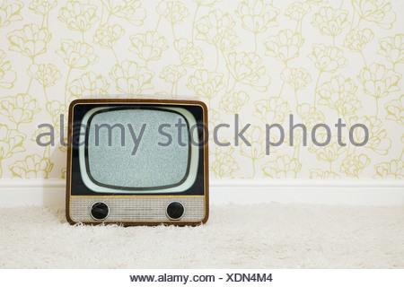 Retrò televisione in camera con carta da parati Foto Stock