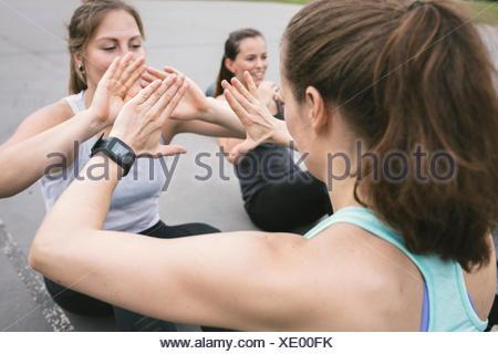 Le donne aventi un esterno di boot camp allenamento Foto Stock