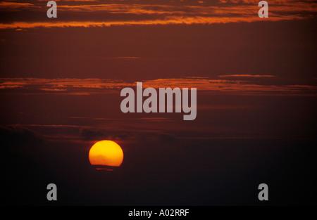 Francia Provenza dal capo canaille un variopinto cielo rosso e la corona di sole al tramonto Foto Stock