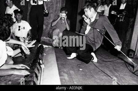 ELVIS PRESLEY in St Petersburg Florida durante un tour autunnale di one night stand con il Blue Moon Boys 1956 Foto Stock