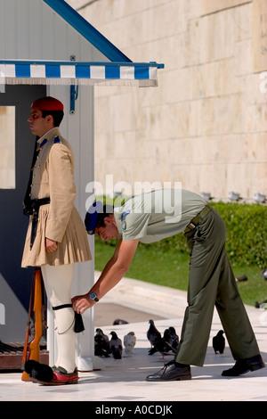 Evzone guardia in abito tradizionale in Atene Foto Stock