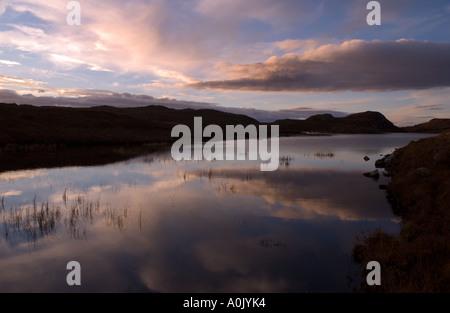 Tramonto sull'Oca Loch, nascosta tra le colline sopra Aultbea, Wester Ross, a nord-ovest della Scozia Foto Stock