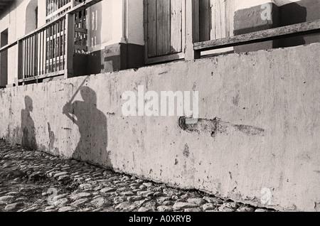 CUBA TRINIDAD i giovani a giocare a baseball le loro ombre su una parete Foto Stock
