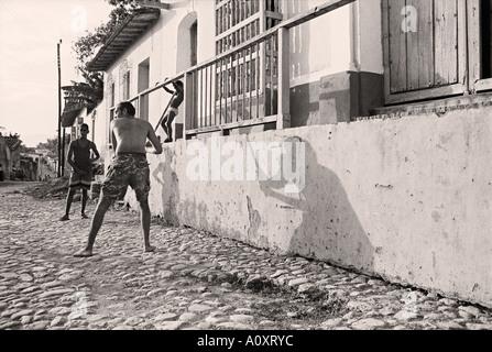 CUBA TRINIDAD i giovani a giocare a baseball Foto Stock