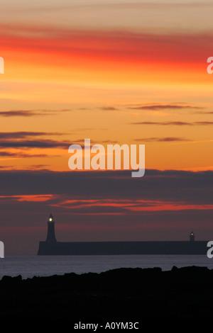 Inghilterra Tyne and Wear Cullercoats Sunrise guardando verso nord Tyne Pier faro in Tynemouth Foto Stock