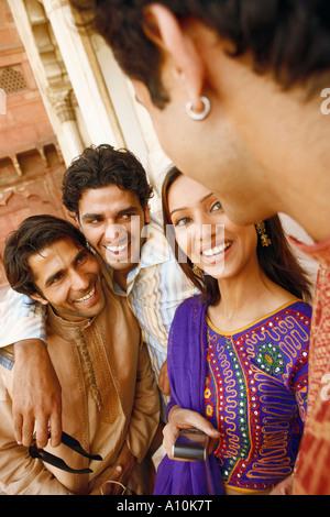 Close-up di tre giovani uomini e una giovane donna sorridente, Agra, Uttar Pradesh, India Foto Stock