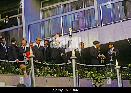 Bobby Moore capitano dell'Inghilterra di Coppa del Mondo di calcio vincente squadra detiene Jules Rimet trophy aloft 30 luglio 1966 JMH0911
