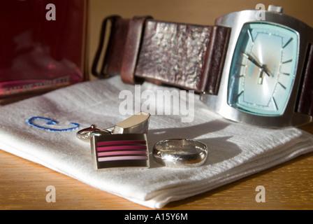Chiudere orizzontale di un Groom i beni di cui prima del suo giorno di nozze tra cui il suo orologio, Gemelli e anello di nozze.