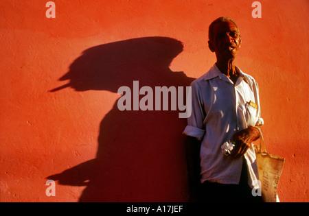 Anziani uomo nero con un sigaro Trinidad Cuba Foto Stock