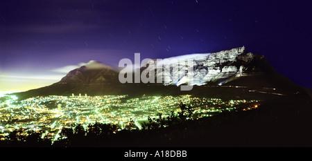 Cape Town di notte sostenuta da campi illuminati da Table Mountain in Sud Africa Foto Stock