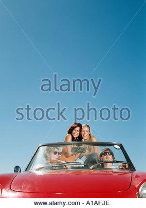 Amici godendo di viaggio su strada Foto Stock