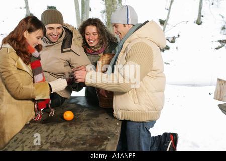 Amici sollevando un brindisi al di fuori Foto Stock