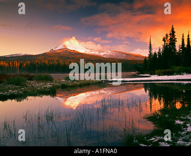 Mount Washington riflessione nel grande lago Oregon Foto Stock