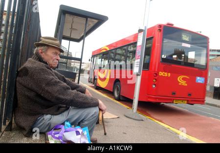 Uomo anziano in attesa di bus in East End di Londra Foto Stock