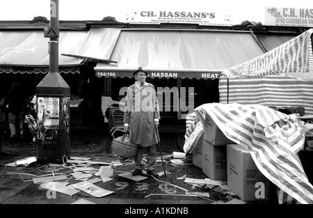 Uomo anziano shopping presso la strada Riddley Marcket, East London Foto Stock