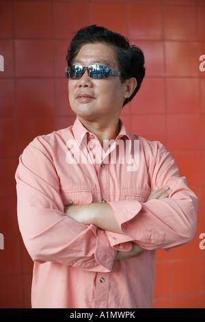 Uomo di mezza età con occhiali da sole Foto Stock