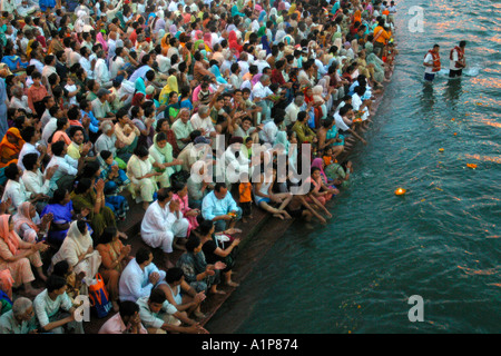 Pellegrini indù al Ardh Kumbh Mela festival religioso in Haridwar in India. Foto Stock