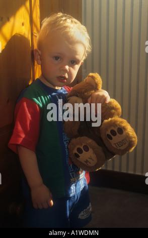 Little Boy tenendo premuto uno dei suoi Orsacchiotti Foto Stock