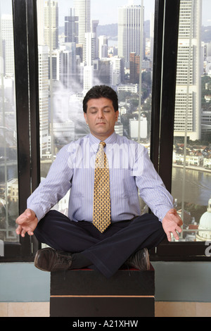 Boss in ufficio facendo Yoga meditazione della pace Foto Stock