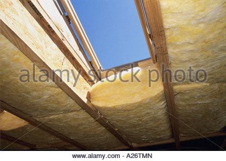 R38 isolamento in fibra di vetro che viene installato nel tetto nuovo stile loft home in costruzione
